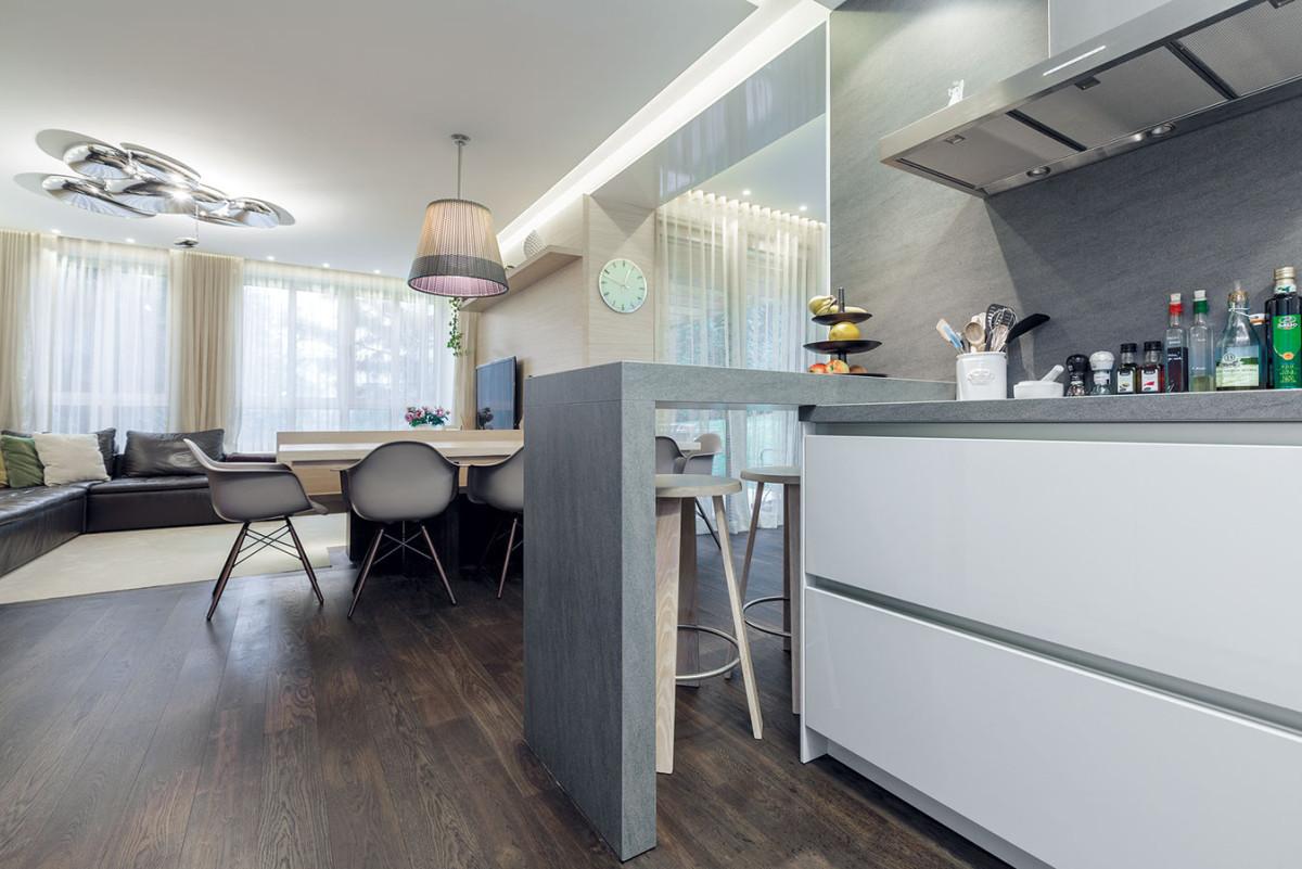 Pohled zkuchyně, oddělené od obýváku jen náznakem pultu, dává vyniknout ikonickým desénovým svítidlům vzajímavé kombinaci. FOTO DANO VESELSKÝ