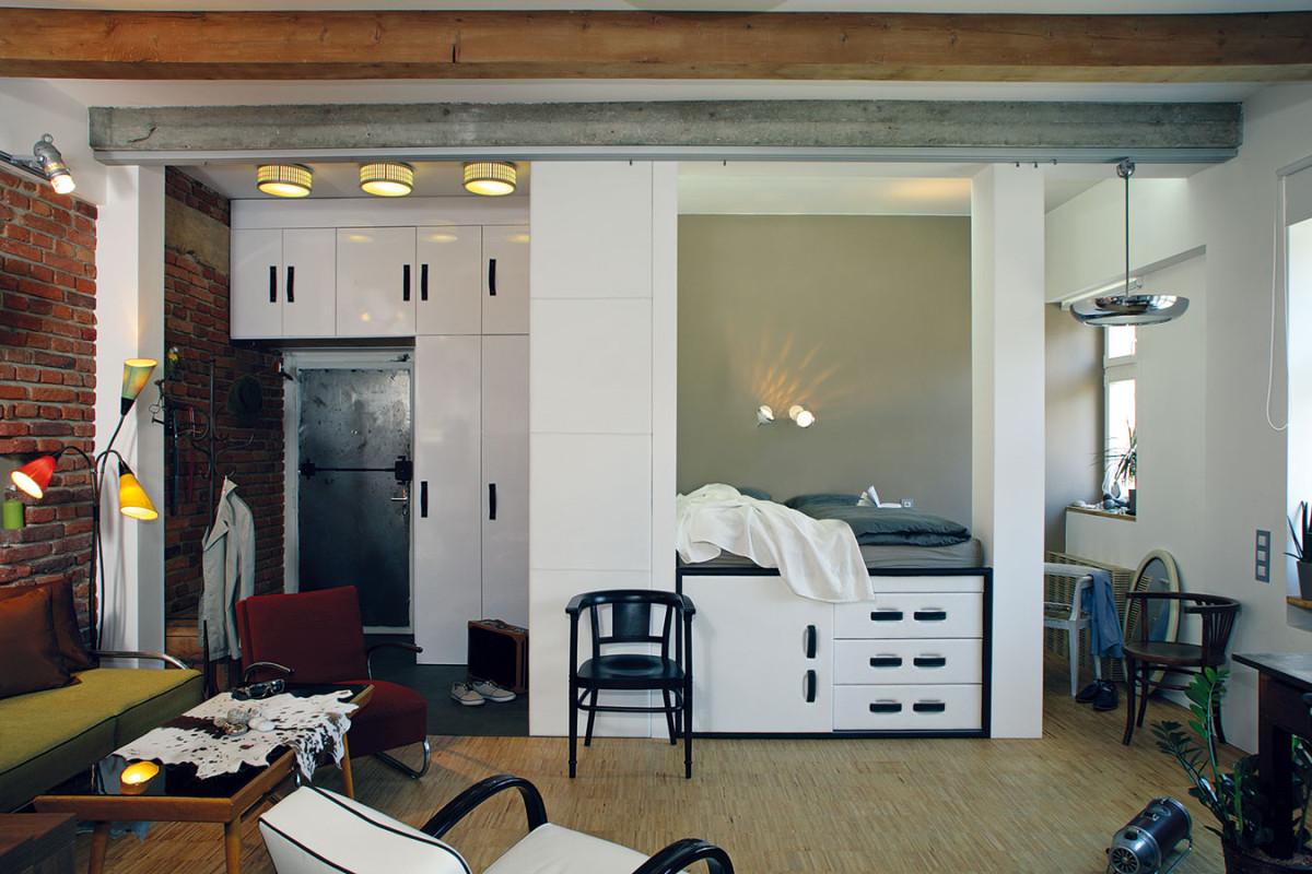 V předsíni se spojuje staré s novým prostřednictvím moderní vestavěné skříně, cihlové stěny a výjimečných kovových industriálních dveří. FOTO ROBERT ŽÁKOVIČ