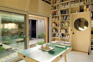 Kancelář architektů je částečně otevřená přes dvě patra. Světlo a dostatek úložných přihrádek a polic v knihovně je základem pro práci. FOTO DAVID MAŠTÁLKA (A1 ARCHITECTS)