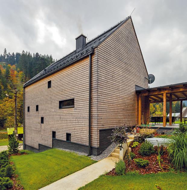 Jednoduchost atvarová čistota vdetailech charakterizuje istřechu domu. Díky prostému tvaru bez přesahů navíc předešli problémům například při náporovém větru. Kvůli soukromí je na sever, knejbližšímu sousedovi, obrácená plná stěna. Na východní fasádě, kolem které vede cesta do lesa, navrhli architekti jen minimum oken. FOTO Dano Veselský