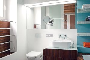 V koupelně byl prioritou komfort, protože vznikla za čistě současných podmínek. Nechybí v ní ani zabudované reproduktory pro poslech hudby ve vaně. FOTO ROBERT ŽÁKOVIČ