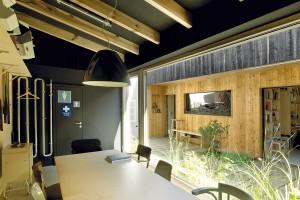 Zasedací místnost slouží k poradám nebo k setkáním s klienty, a tak je základem velký stůl. I zde architektka směrem do dvora použila skleněnou stěnu, a tak vytvořila průhled mezi oběma částmi pracovních prostor.