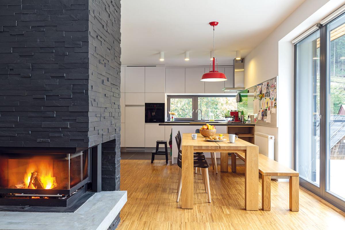 Aby dosáhli čistého vzhledu, azároveň příjemného pocitu útulnosti, zkombinovali architekti jednoduché tvarosloví spřírodními materiály. (Stůl: Javorina, židle: Ton) FOTO Dano Veselský