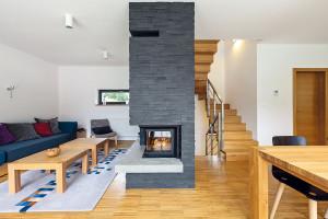"""Takzvaná průmyslová podlaha je vlastně 2,5 cm silné masivní dřevo, takže je velmi odolná. """"Neumožňuje však použít podlahové vytápění,"""" vysvětluje Dušan Chupáč. """"Klasické radiátory zde byly lepší volbou iproto, že dům není trvale obývaný, takže je důležitý krátký čas náběhu topení."""" FOTO Dano Veselský"""