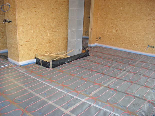 Ukázka realizace podlahy obývacího pokoje s topným kabelem ECOFLOOR. FOTO FENIX