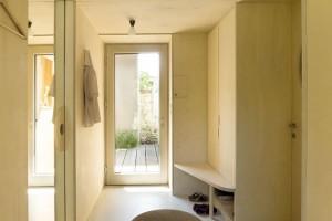Vstupní chodba je jakousi membránou mezi soukromou částí domu a kanceláří.