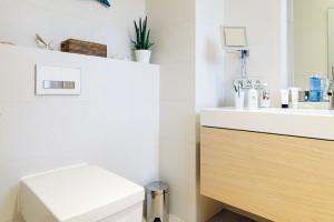 Koupelny jsou zařízeny ve stejném duchu jako spodní patro – dominuje hnědá, béžová azlatá, důraz se kladl na design sanity abaterií. FOTO DANO VESELSKÝ