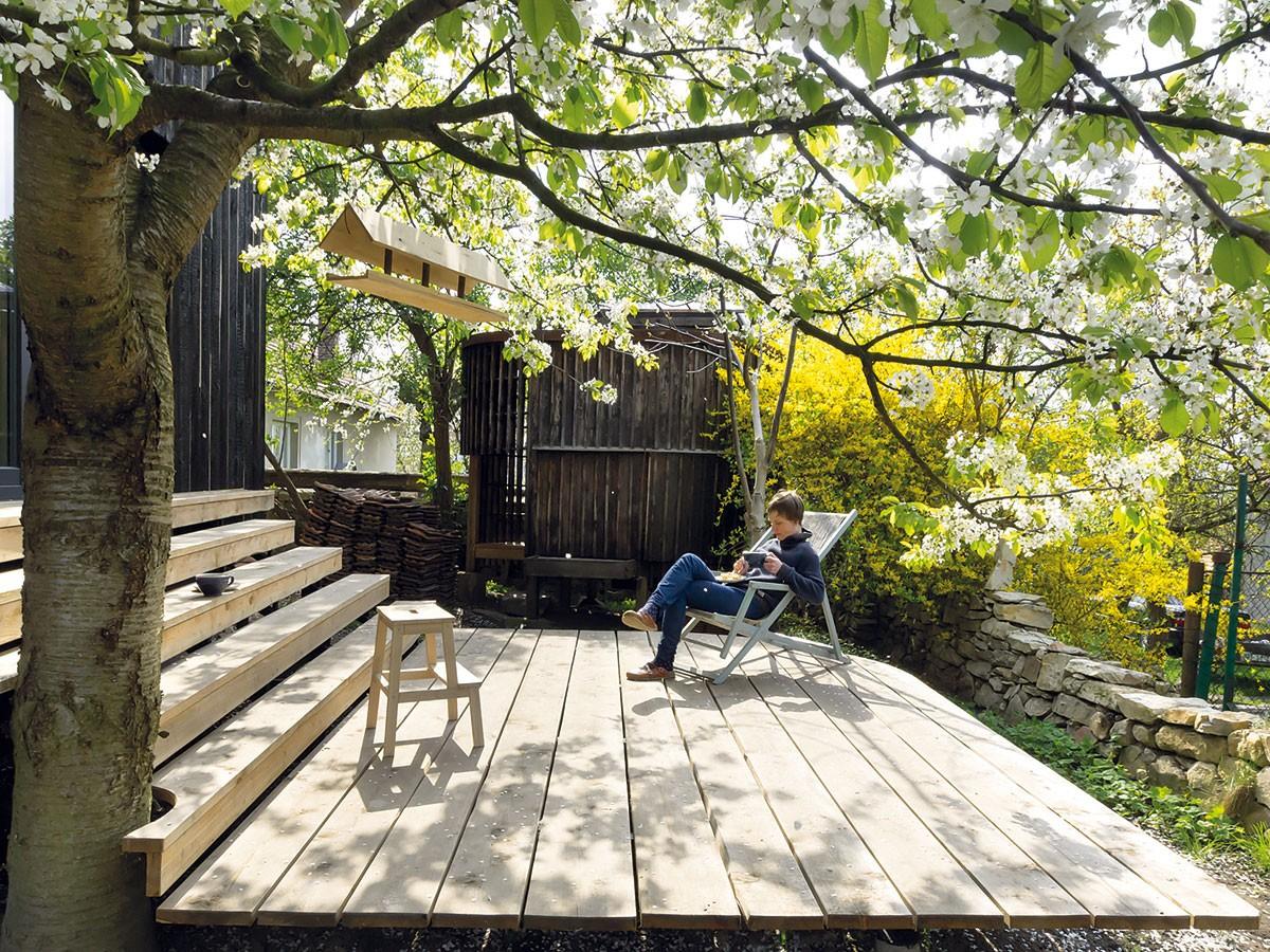 Příroda se dotýká domu adům přírody. Jedno funguje vedle druhého, lidé zde rostou avyvíjejí se stejně jako zahrada astromy. FOTO DAVID MAŠTÁLKA (A1 ARCHITECTS)