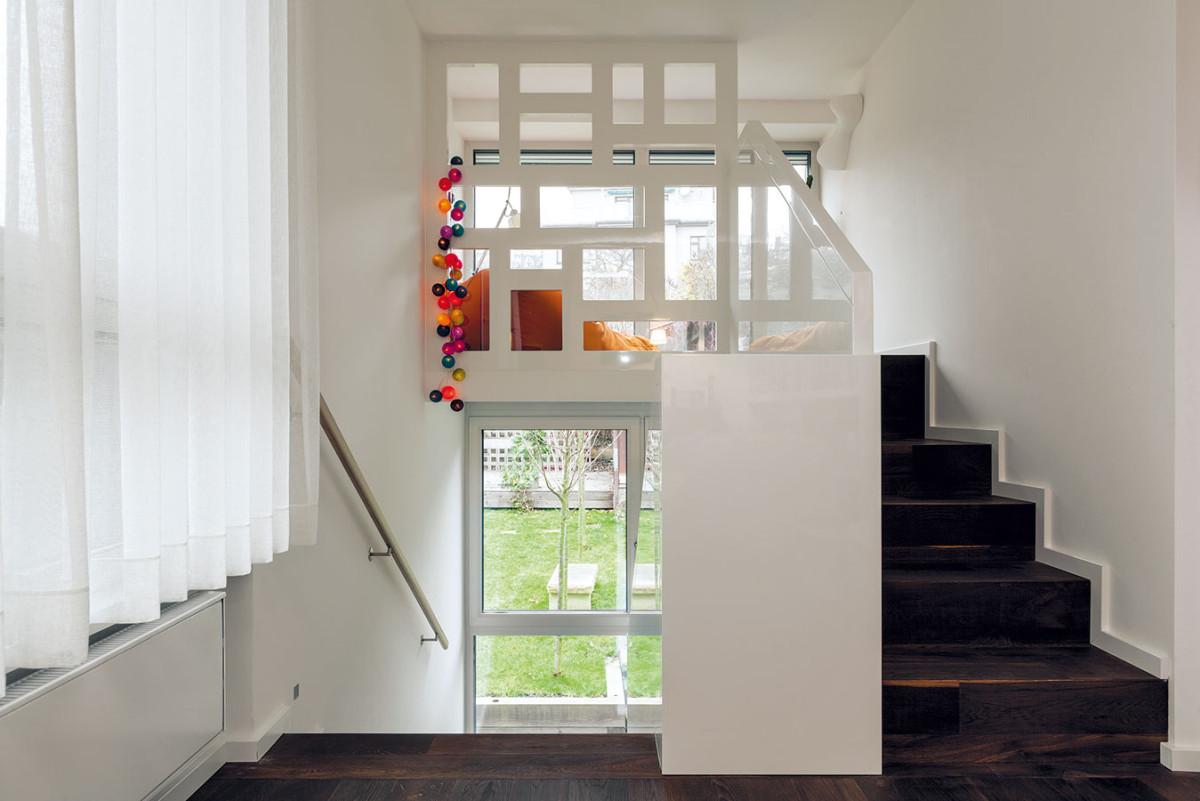 """Další kouzlo, za které byt vděčí novému schodišti – na podestě vznikla """"zašívárna"""" snádherným výhledem do zahrady. FOTO DANO VESELSKÝ"""
