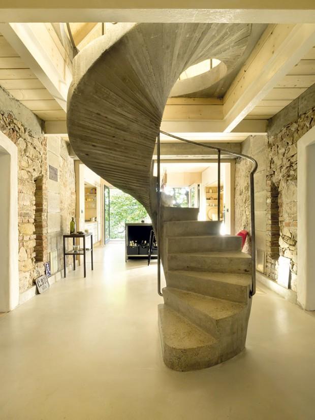 Vstupní hala s točitými schody se nachází na středu původního – starého domu, v místě křížení budov. Schody zdobí minimalistické zábradlí z ocelové kulatiny. Centrální umístění podtrhuje jejich význam i estetičnost. FOTO DAVID MAŠTÁLKA (A1 ARCHITECTS)