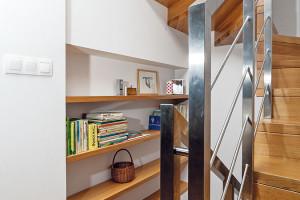 Přes tři poschodí. Některé prvky znové domoviny se sem mladým investorům nepodařilo přenést – naše normy jsoutotiž přísnější než ty nizozemské, například šířka dveří či strmost schodů. Iproto nebylo možné vtomto prostoru zrealizovat původně plánované přímé schodiště. FOTO Dano Veselský