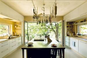 Kuchyň je prostorná a má dostatek pracovní plochy. Díky jejímu umístění na konci nového domu a provázání se zahradou může na terase během teplých dní vzniknout provizorní letní jídelna. FOTO DAVID MAŠTÁLKA (A1 ARCHITECTS)
