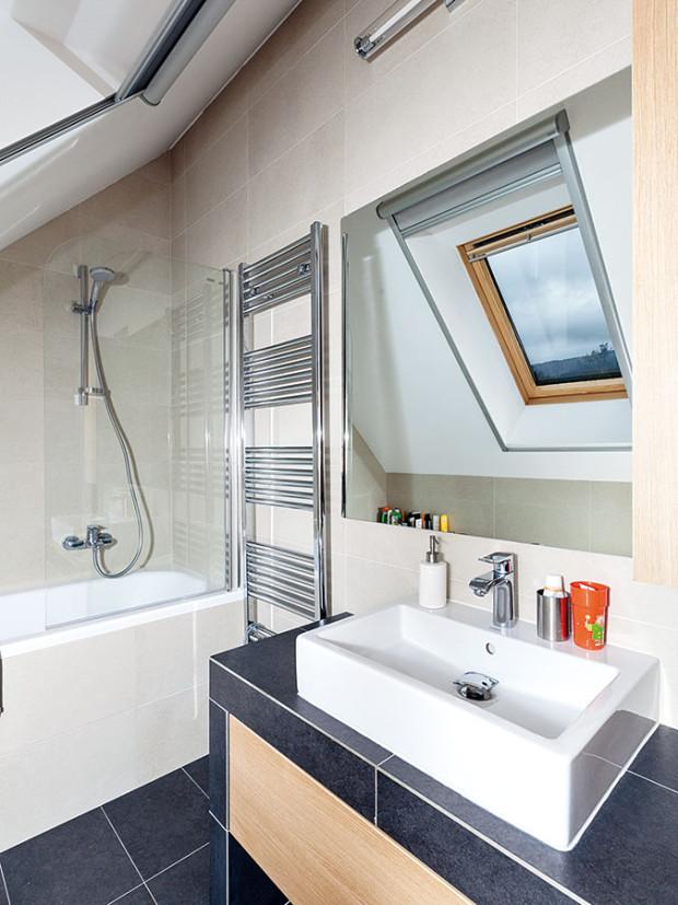 Koupelna v podkroví, stejně jako všechny ostatní interiéry, ctí zásadu jednoduchosti. FOTO Dano Veselský