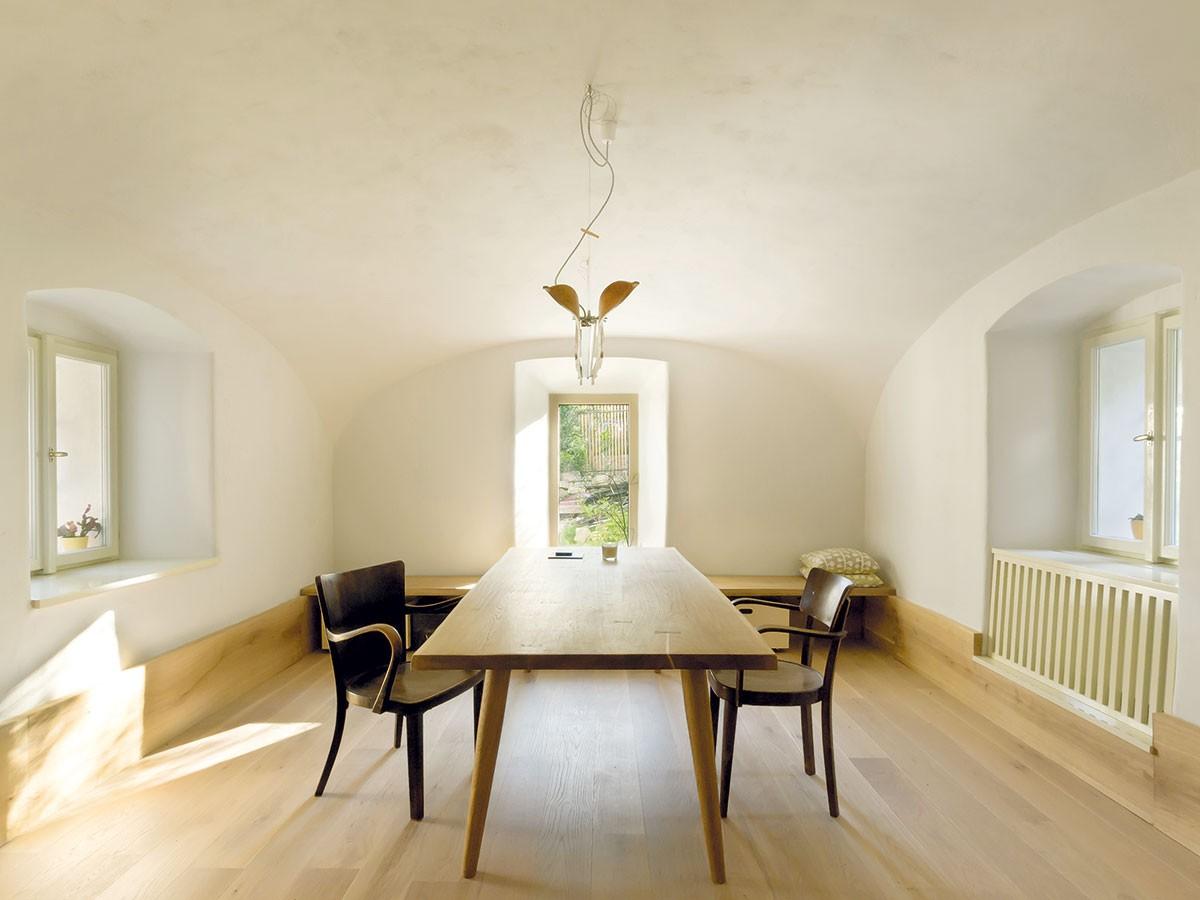 Jídelna je vybavena minimalisticky, avšak dostatečně funkčně. Prosvětlují ji tři okna. Tradiční špalety se repasovaly, atak si uchovaly technickou iestetickou stránku původních oken. FOTO DAVID MAŠTÁLKA (A1 ARCHITECTS)