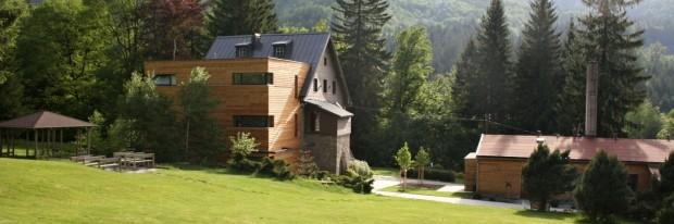 Hotel a Garden U Holubů se nachází na samém konci obce Čeladná, na úpatí dominantní beskydské hory Smrk. Vedle něj protéká říčka Čeladenka a okolo se rozprostírají husté lesy