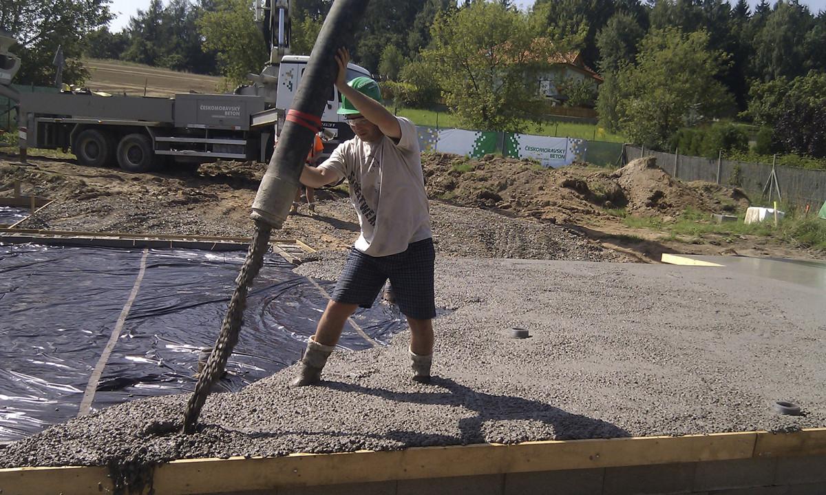 Realizace betonové základové_desky RD - 1. čerpání betonu