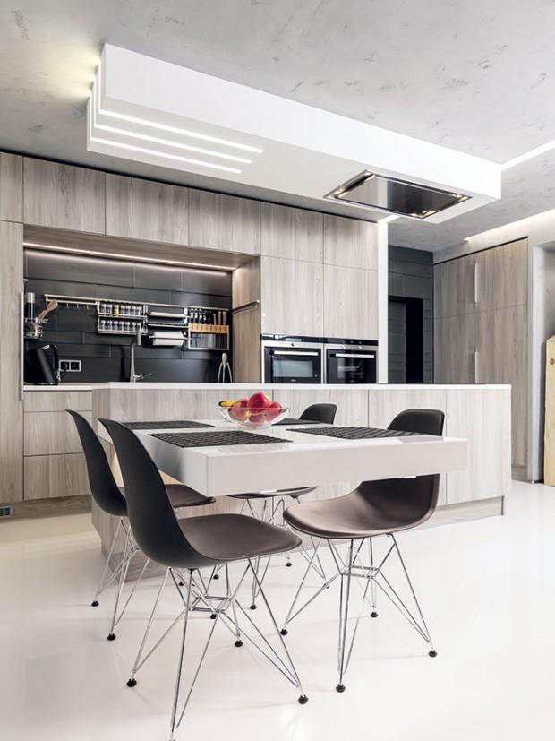 Prvky industriální architektury. Podlahy jsou z litého epoxidu, na stropech a stěnách je použita betonová stěrka. Byt je také prošpikovaný technologickými výdobytky, jako je inteligentní elektroinstalace, řízené větrání s rekuperací či podlahové vytápění. FOTO DANO VESELSKÝ