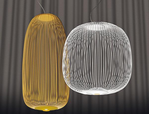 Kolekce Spokes od Foscarini je příjemnou odpovědí na přetechnizovaný design moderního osvětlení. Inspirace včínských lampionech je zřejmá, takovýto lustr ale lze pověsit ido současného trendy interiéru. Design mají na svědomí Vicente Garcia Jimenez aCinzia Cumini. Jako mnoho současných tvůrců autory nezajímá jen to, jak světlo svítí, ale ijaké vrhá stíny.