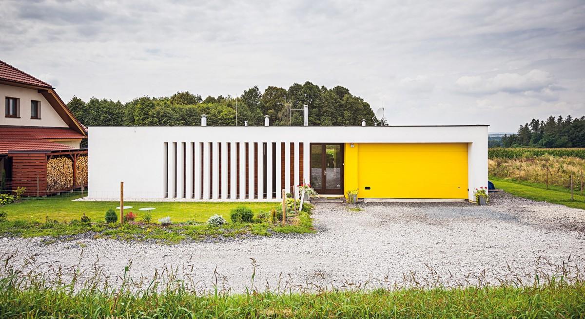 Jednoposchoďová nepodsklepená stavba splochou střechou ase zabudovanou garáží pro dvě auta je tvarově poměrně jednoduchá. FOTO JAKUB HOLAS
