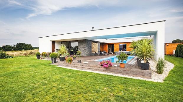 Rodina si přála moderní aprostorný bezbariérový dům. Chybět neměly ani bazén asauna, aby si rodina mohla doma dopřát skutečnou relaxaci. FOTO JAKUB HOLAS