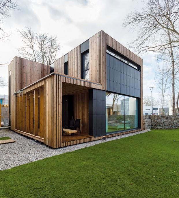 Vykrojená hmota domu vpodlaží narušuje jeho formu kostky, avšak je připravena dorůst. Vbudoucnosti by měla být prostorem pro druhý dětský pokoj. Foto Dano Veselský