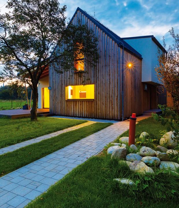 Dům se sedlovou střechou výborně koresponduje s horským prostředím. Sedlová střecha vyhovuje i dispozicí logicky rozmístěnou na dvou podlažích. FOTO MILAN HUTERA, CREATERRA