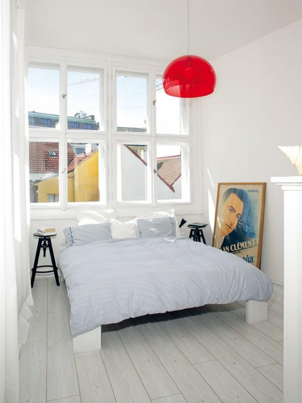 Bílá barva měla do ložnice vnést energii, červené detaily tento pocit ještě podtrhly. FOTO ROBERT ŽÁKOVIČ