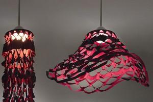 Les Danseuses – roztančené lustry od Artemide (design Atelier Oi) jsou svítidla více tváří. Vklidu zaujmou látkovým stínítkem, které se po zapnutí roztančí do nové podoby. Pro milovníky folklóru či flamenca nutnost. FOTO ARTEMIDE