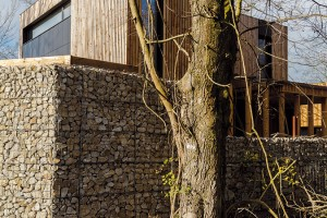 Hned za kamenným plotem začíná les, který majitelé oceňují pro klid, alezároveň počítají sriziky, jež ssebou toto bydlení nese. Foto Dano Veselský