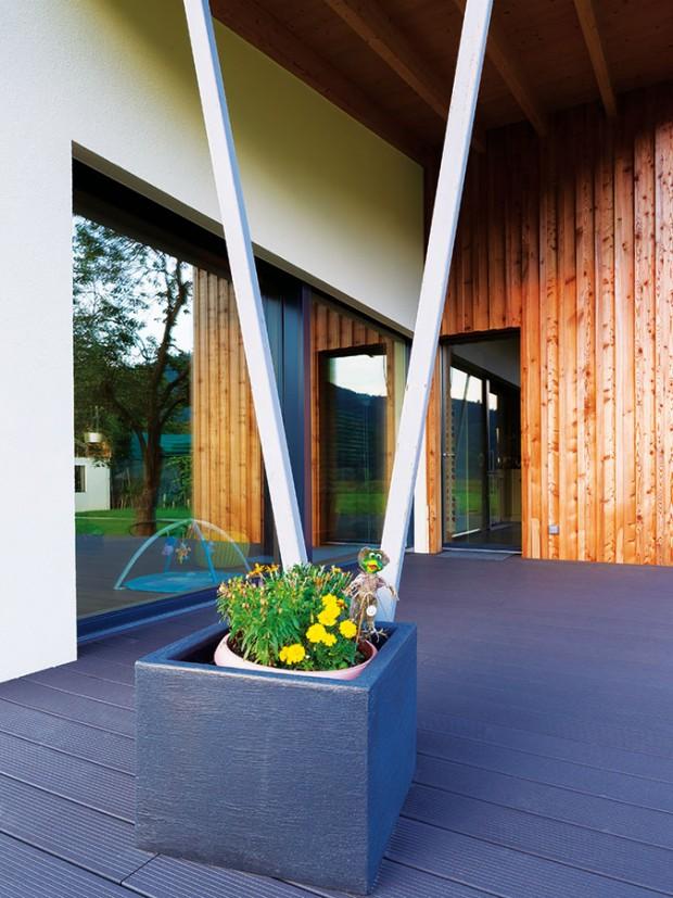 Jediným výraznějším prvkem je sloup ve tvaru V podepírající přesah střechy nad terasou. Takto architekti zabezpečili stínění prosklené stěny v létě a ochránili terasu před nepřízněmi počasí. FOTO MILAN HUTERA, CREATERRA