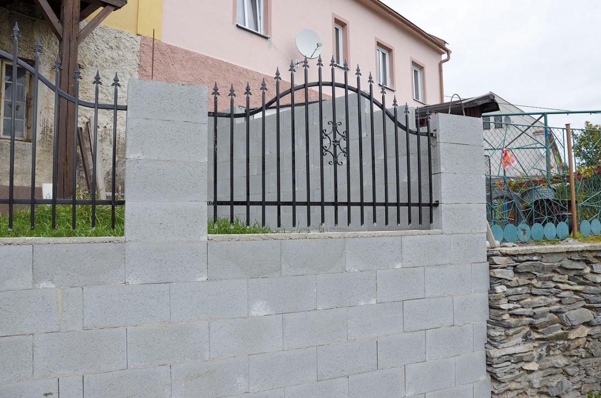 Ztracené bednění lze svýhodou využít ipři stavbě bazénu či plotu. Základ systému tvoří duté tvárnice zbetonu spojované na sucho na zámek avylité betonem. Pro zvýšení pevnosti jsou do dutin vkládány ocelové dráty. Výsledná konstrukce je vysoce pevná abezespárová. FOTO PRESBETON