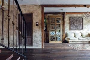 Zemitá barevnost podtržená netradiční povrchovou úpravou stěn dodává prostoru specifický charakter. Stoleté dřevěné hrazení votevřené denní části pochází zdomu po majitelčiných prarodičích. Proti schodišti se nachází prostorná šatna. FOTO DANO VESELSKÝ
