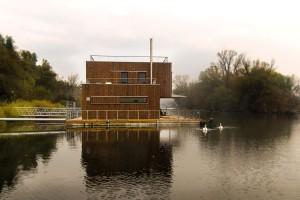 Jedinou energií, která se do plovoucího domu přivádí z břehu, je elektřina. FOTO EXWORKS