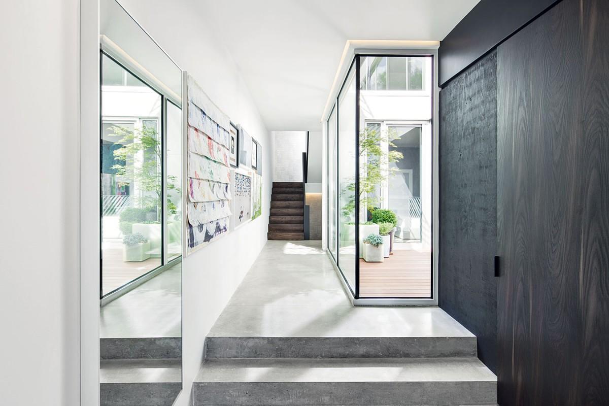 Již vstupní prostor předznamenává barevnost charakteristickou pro celý interiér ihlavní atrakci domu – sbírku obrazů auměleckých předmětů, které doposud majitelé nashromáždili. FOTO ADRIAN WILLIAMS