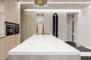 Zajímavým prvkem je jídelní stůl – konzola vetknutá do kuchyňského ostrova. (Skrytá ocelová konstrukce je ukotvená do betonového stropu pod ním.) FOTO DANO VESELSKÝ