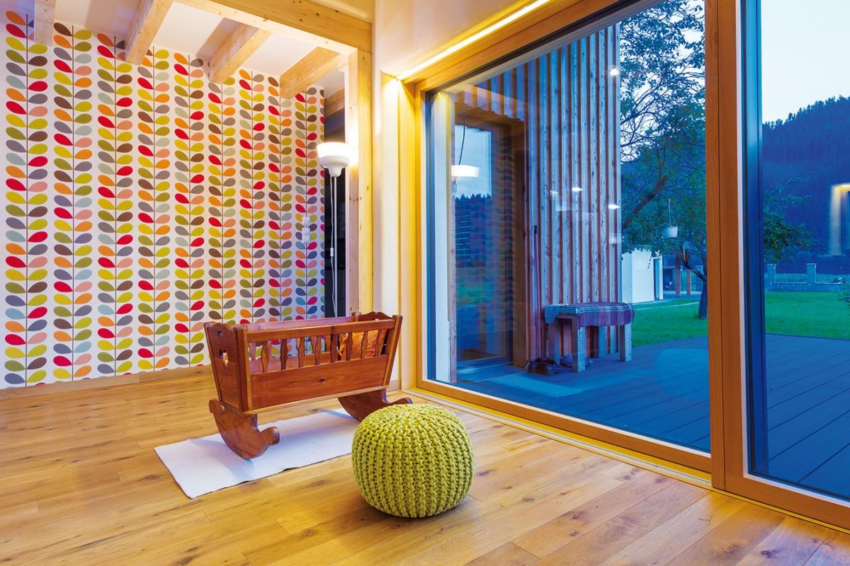 Barvy zemitých odstínů v kuchyni i pokojích ladí k přírodní barvě dřevěných podlah a stropních trámů. V tomto případě se však nestalo, že jednoduchost a neutrálnost sklouzla k nudě. FOTO MILAN HUTERA, CREATERRA