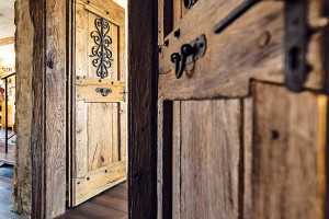 """Základem úspěchu byli šikovní řemeslníci, kteří se postarali opovrchovou úpravu stěn čio nábytek. Obzvlášť spokojení jsou majitelé sprací truhláře – dvířky na nábytku, dveřmi čizárubněmi. """"Líbí se nám, že je vprostoru cítit lidská ruka,"""" shodují se. FOTO DANO VESELSKÝ"""