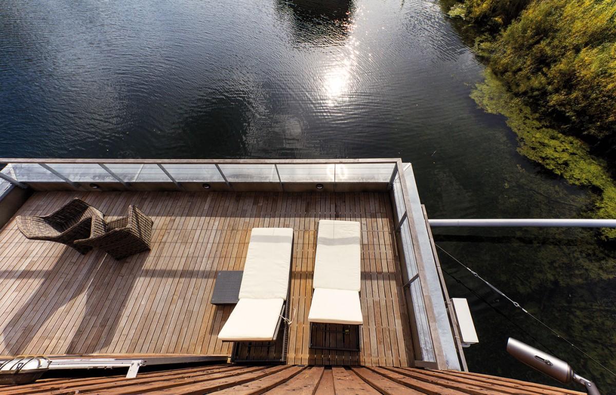 Pobytové terasy najdete v tomto plovoucím domě až tři. Nechybí na nich zahradní sezení a lehátka pro chvíle odpočinku. FOTO EXWORKS