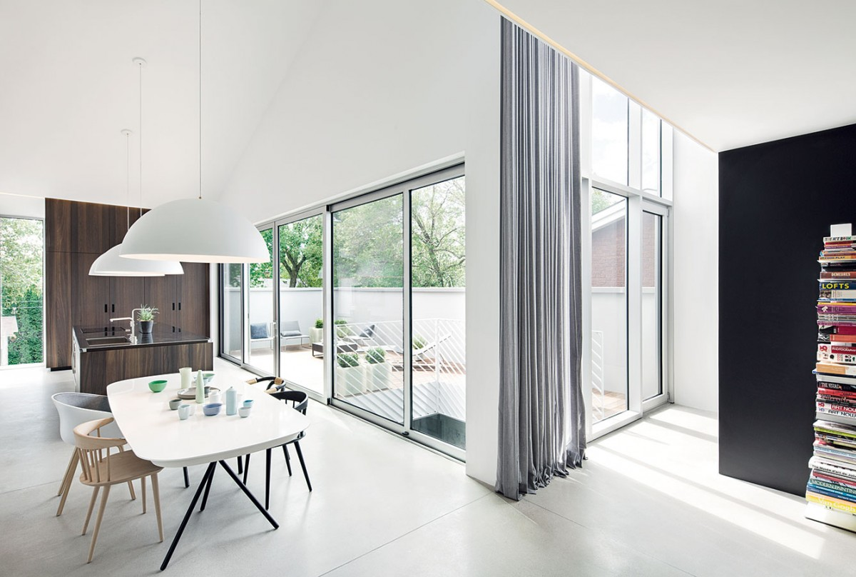 Díky důmyslnému řešení, které architekti vymysleli (ve středu domu vytvořili vzdušný dvorek), má každá zmístností vlastní přístup ven prostřednictvím terasy spovrchem zexotického dřeva. FOTO ADRIAN WILLIAMS