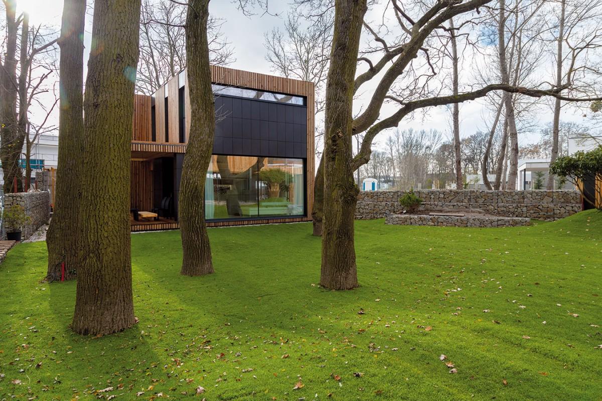 Prostorná travnatá zahrada odděluje dům mladých od domu rodičů. Tak si tyto dva domy vybudovaly užší vztah amírně se oddělily od ostatních. Foto Dano Veselský
