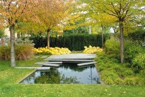 Poetická zahrada při starém domě v poklidné brněnské čtvrti