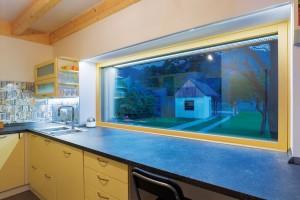 Pásové okno nad kuchyňskou linkou otevírá majitelce při vaření výhled na blízké jižní kopce. FOTO MILAN HUTERA, CREATERRA