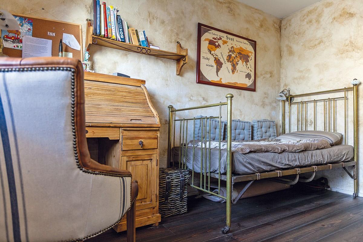 Dětské pokoje se nesou vpodobném duchu jako zbytek velkorysého bytu srozlohou více než 160 m2. Pokoj menšího zchlapců ještě není úplně zařízen, protože většinu času tráví především srodiči. FOTO DANO VESELSKÝ