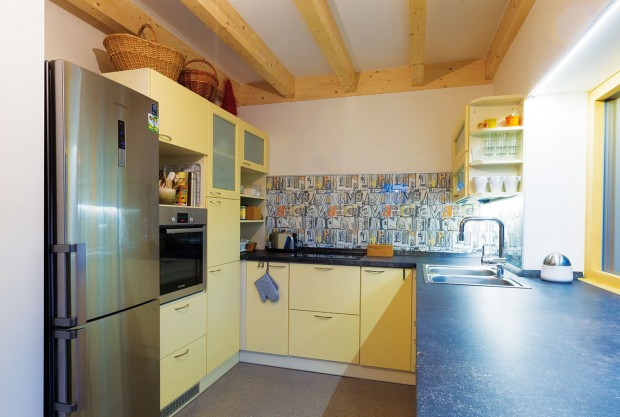 """Členitost kuchyně podléhá její praktické stránce a organizaci, na kterou byli majitelé zvyklí. Tato její """"náhodnost"""" však bez toho, aby o tom věděla, zapadá do konceptu venkovského bydlení. FOTO MILAN HUTERA, CREATERRA"""