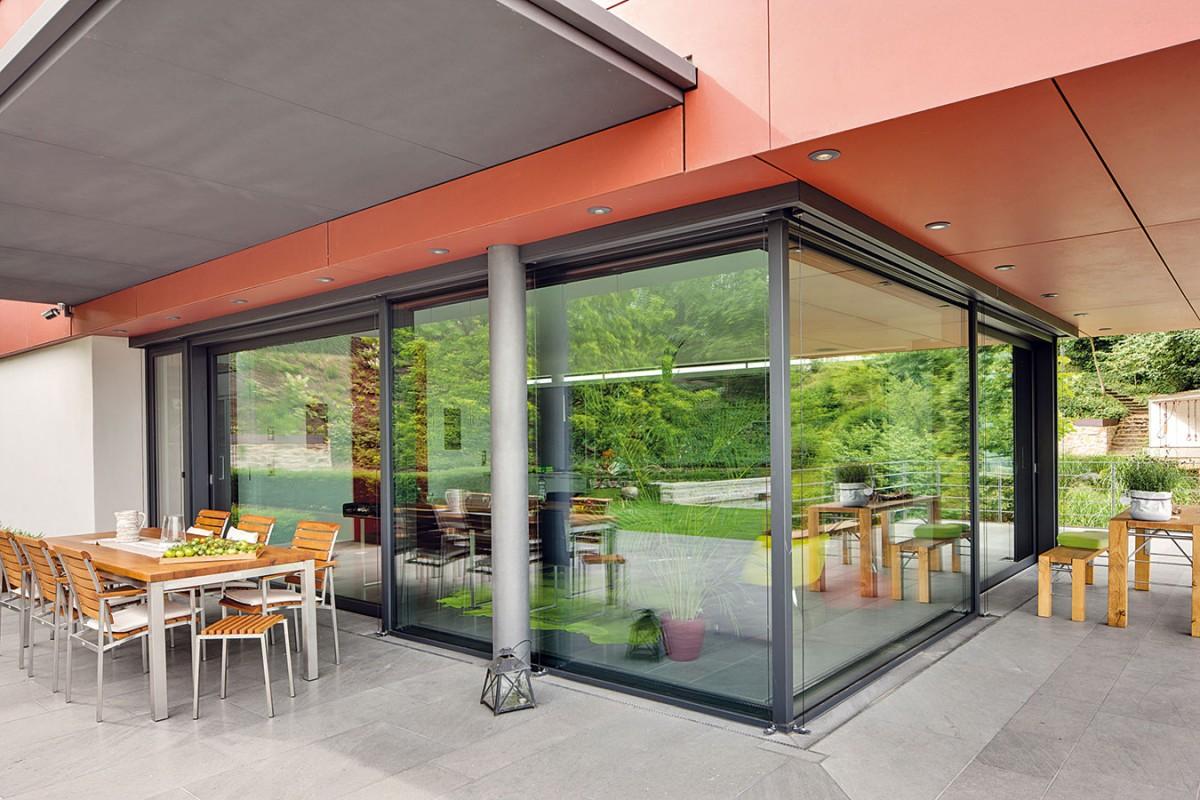 Bez bariér. Technologicky sofistikovanou stěnu mezi kuchyní asousedící terasou tvoří kombinace posuvných dveří apevných zasklených ploch fasádního systému Schüco. FOTO SCHÜCO INTERNATIONAL KG