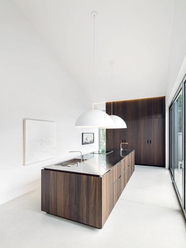 Když vynikne krása dřeva. Kuchyň tvoří dva základní elementy – pracovní ostrov aúložná stěna ztepelně zpracovaného bílého dubu. Tzv. termodřevo je tmavší, odolnější anevyžaduje povrchovou úpravu. FOTO ADRIAN WILLIAMS
