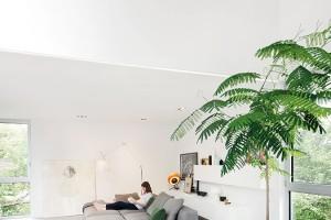Velkorysý obývací pokoj těží zotevřené dispozice jak horizontálně, tak vertikálně. Absence stropu ařešení patra formou galerie vytváří vzdušný aprosvětlený interiér soptimistickou atmosférou. FOTO ADRIAN WILLIAMS