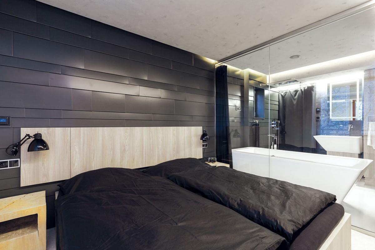 Co nejotevřenější dispozice byla jednoznačným přáním majitelů. Přispívá k ní i působivé propojení koupelny a ložnice prostřednictvím skleněné stěny. FOTO DANO VESELSKÝ