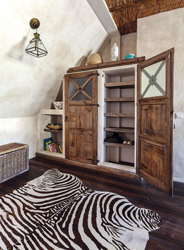 Zajímavým prvkem interiéru je bezpochyby zděný nábytek. Patří kněmu iskříně vjednotlivých místnostech – dětských pokojích, ložnici rodičů či horní koupelně. Skříně doplňují precizně vyhotovená dvířka sevkusným kováním, které interiér dekorují. FOTO DANO VESELSKÝ