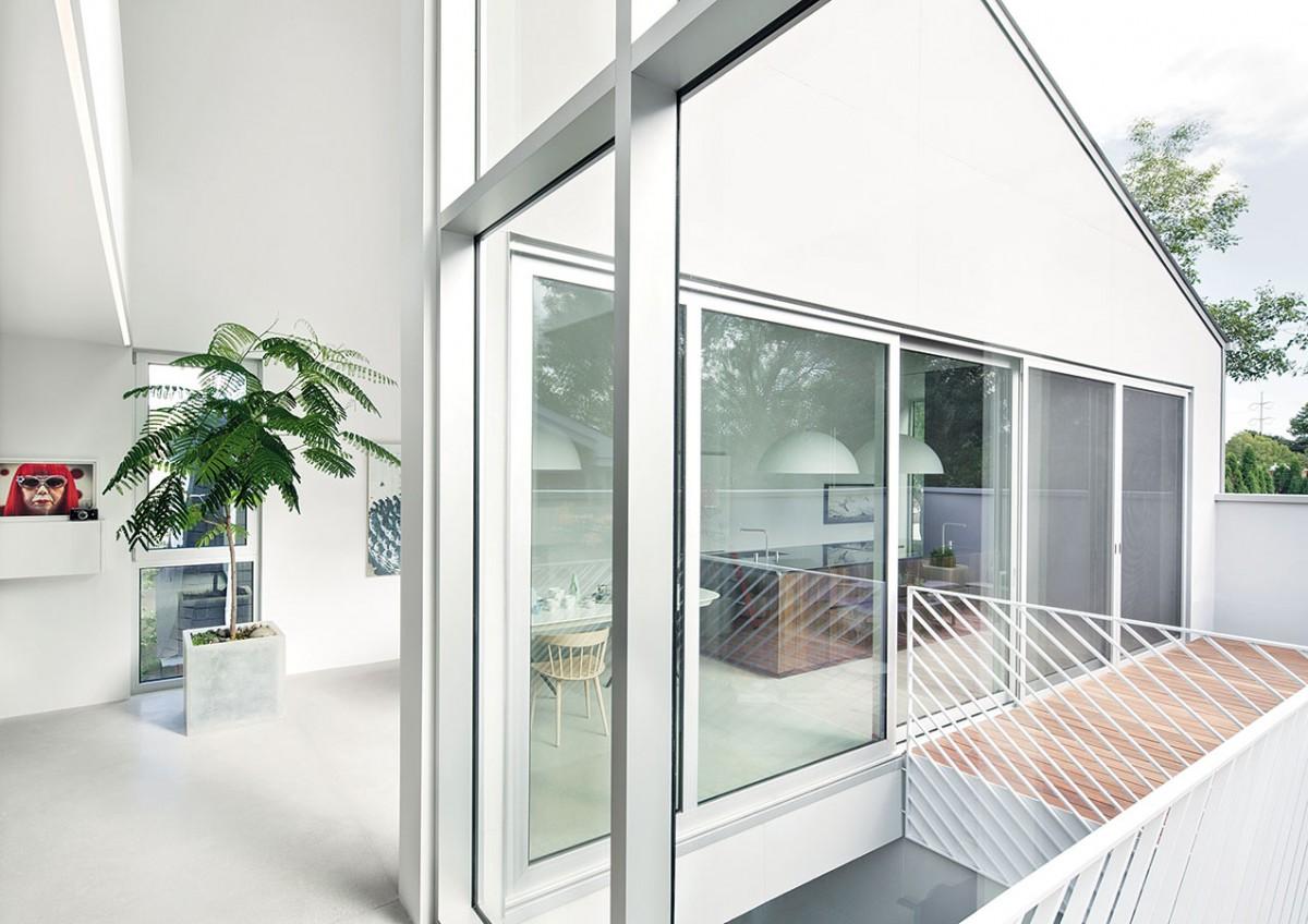 Vzáplavě světla. Architekti umístili obytný prostor netradičně, ale chytře − do patra. Tím dostali maximum přímého světla tam, kde je logicky nejvíc žádoucí. FOTO ADRIAN WILLIAMS
